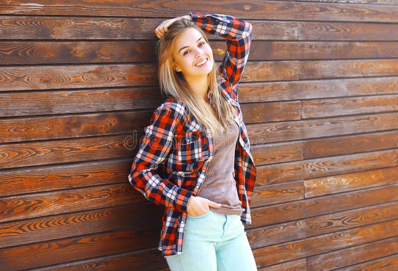 Portret dosyć szczęśliwa dziewczyna pozuje w mieście outdoors fotografia royalty free