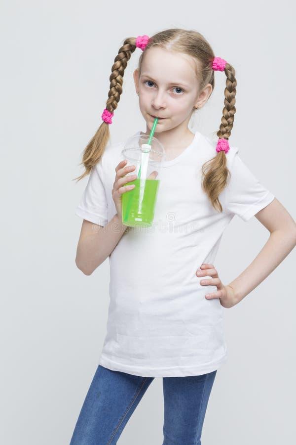 Portret Dosyć Uśmiechać się Kaukaskiej Blond dziewczyny Trzyma filiżankę Z Długimi Pigtails fotografia stock