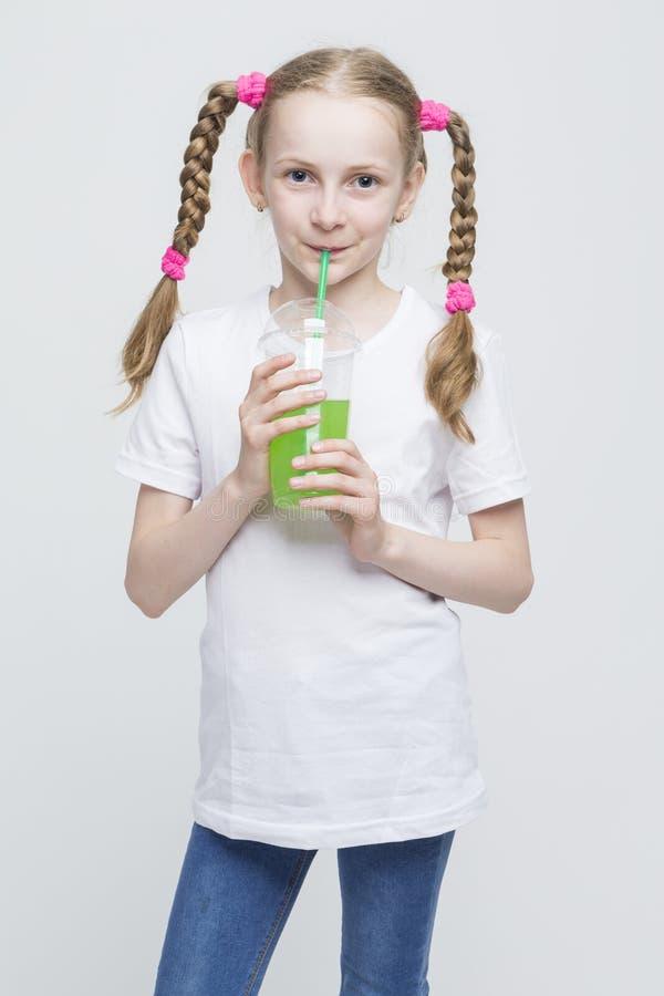 Portret Dosyć Uśmiechać się Kaukaskiej Blond dziewczyny Trzyma filiżankę Z Długimi Pigtails zdjęcie stock