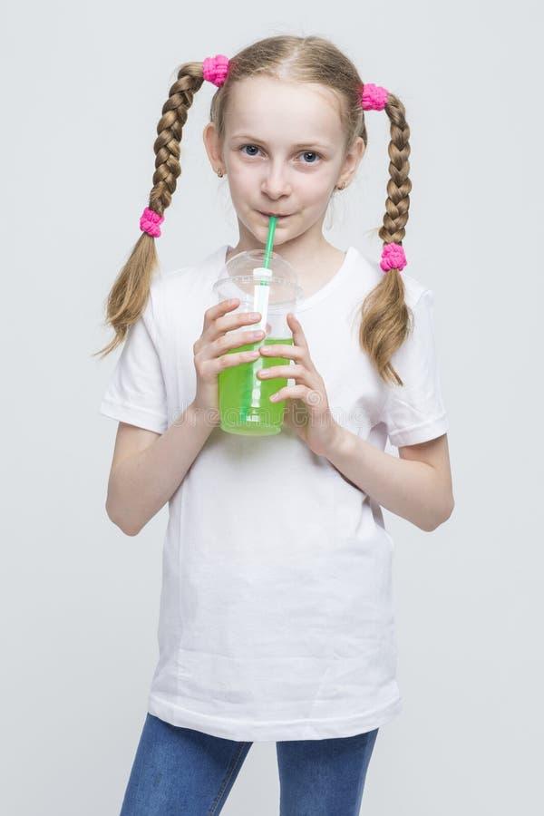 Portret Dosyć Uśmiechać się Kaukaskiej Blond dziewczyny Z Długimi Pigtails obraz royalty free
