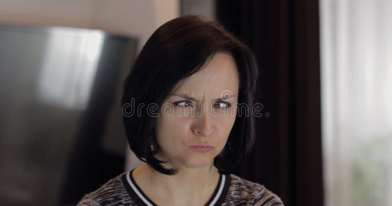 Portret dosy? caucasian m?oda brunetki kobieta u?miecha si? twarze i robi obraz royalty free