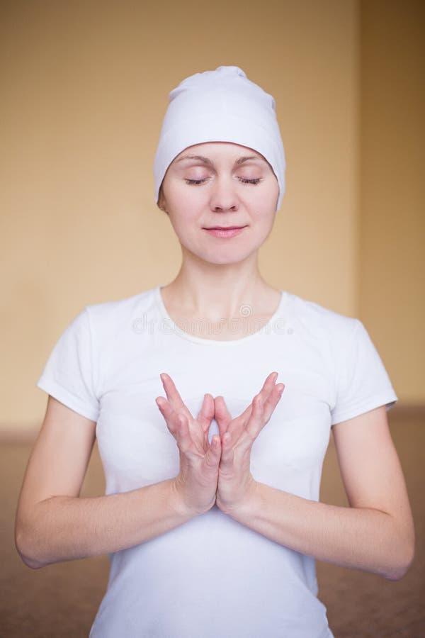 Portret duchowa młoda kobieta robi joga mudra lotosom zdjęcia stock
