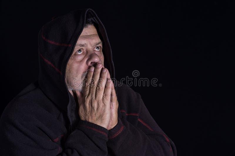 Portret duchowy starszy mężczyzna w ciemności obrazy stock