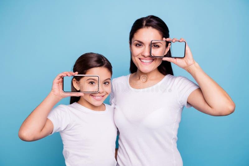 Portret dwa ładnego ślicznego uroczego słodkiego atrakcyjnego rozochoconego radosnego pozytywnego ludzie pokazuje demonstrujący n obraz stock