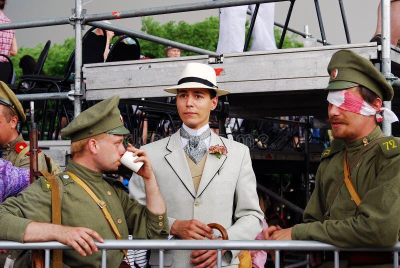 Portret dwa żołnierza i jeden cywil fotografia stock