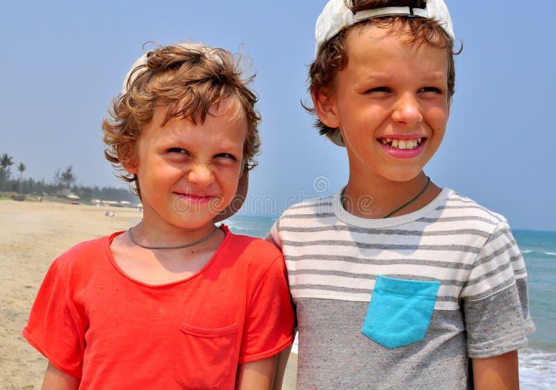 Portret dwa chłopiec na plaży obraz stock
