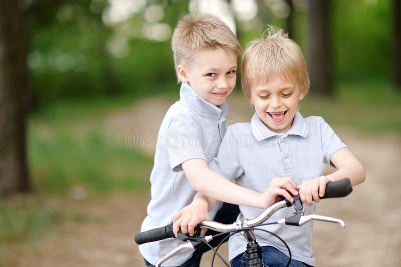 Portret dwa chłopiec w lecie zdjęcie stock