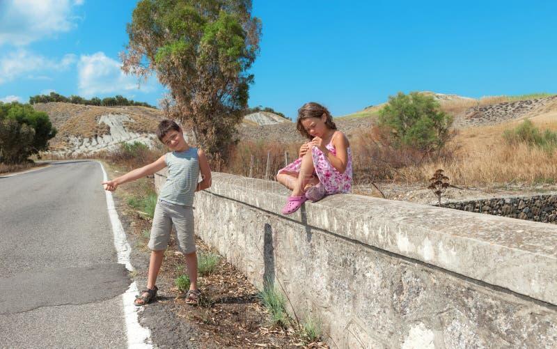 Portret dwa dziecka na drodze fotografia royalty free