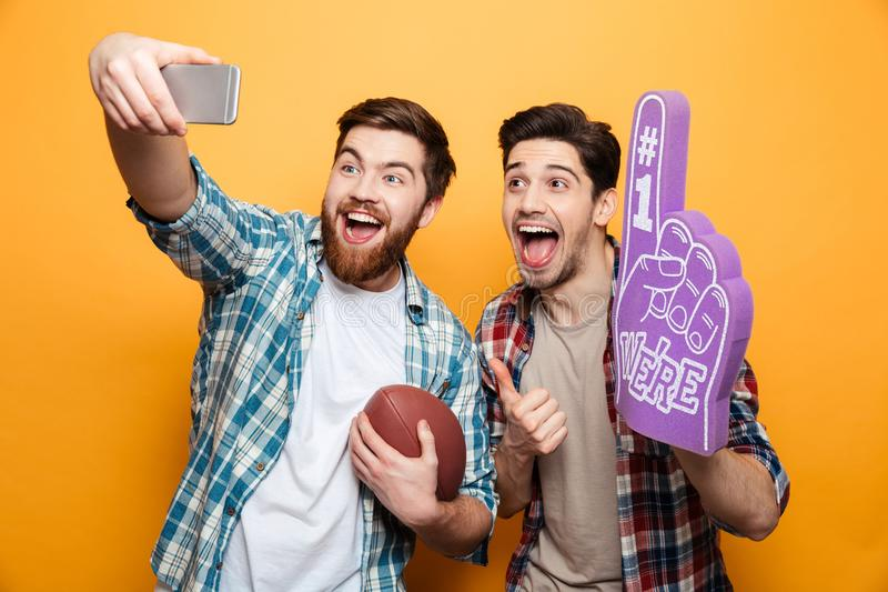 Portret dwa excited młodego człowieka bierze selfie zdjęcie royalty free