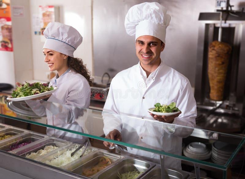 Portret dwa fachowego szefa kuchni z kebabem fotografia stock