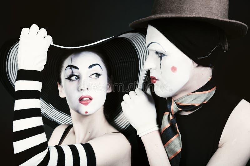 Portret dwa flirtują mima na czarnym tle zdjęcia royalty free
