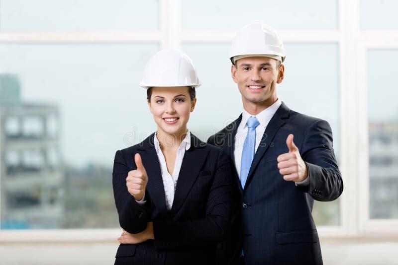 Portret dwa inżyniera thumbing up obraz stock