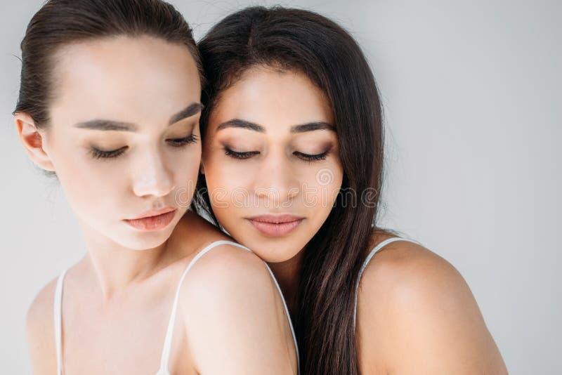 portret dwa kobiet atrakcyjny wielokulturowy pozować fotografia royalty free