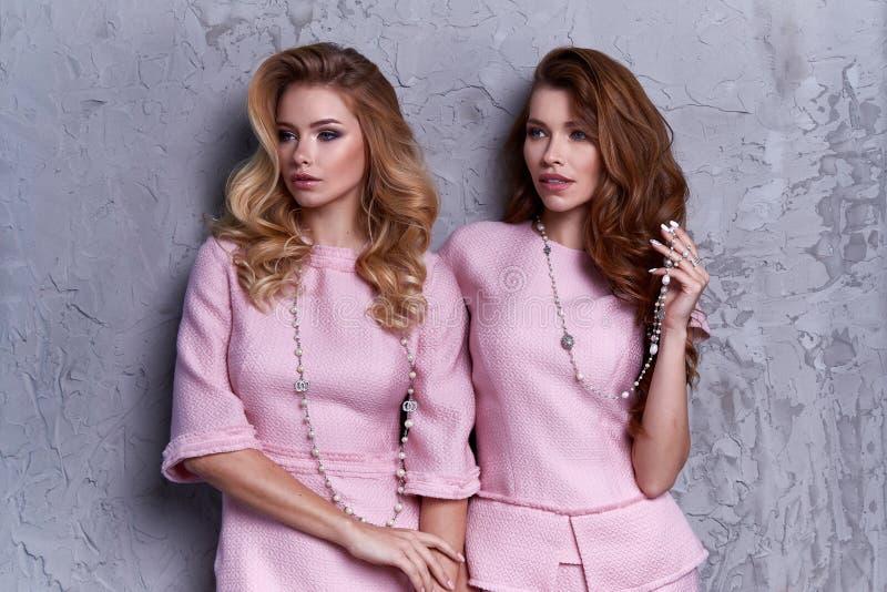 Portret dwa kobiety odzieży biznesu stylu odzież dla biura obraz stock