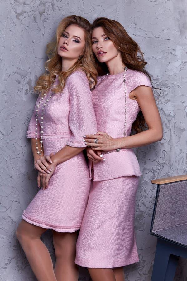 Portret dwa kobiety odzieży biznesu stylu odzież dla biura zdjęcie royalty free