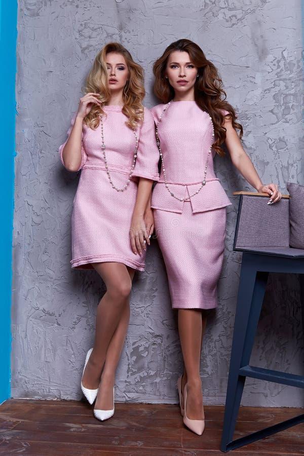 Portret dwa kobiety odzieży biznesu stylu odzież dla biura obrazy royalty free