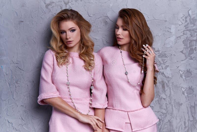 Portret dwa kobiety odzieży biznesu stylu odzież dla biura obrazy stock