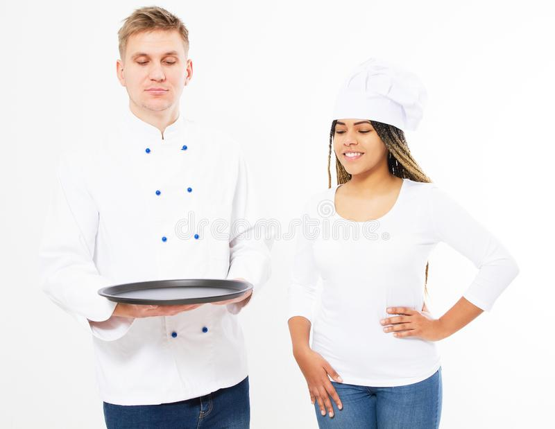 Portret dwa kucharza, one patrzeje pustą tacę odizolowywającą nad białym tłem fotografia royalty free