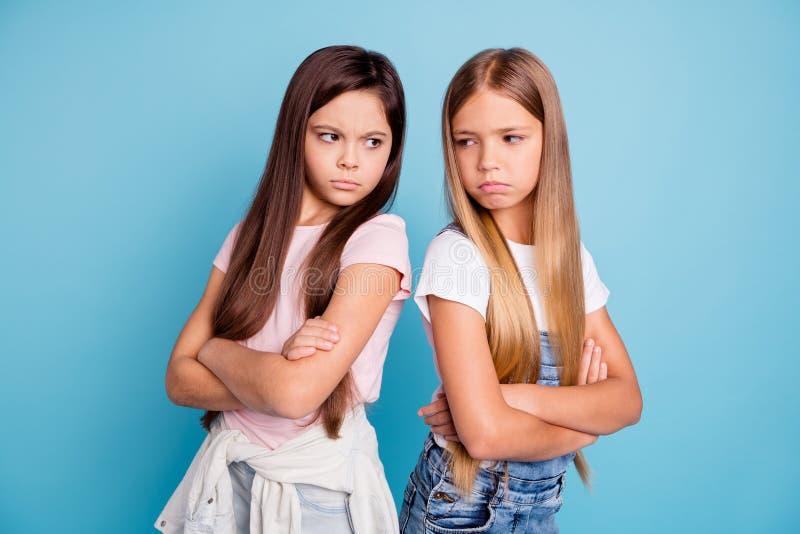 Portret dwa ludzie ładnych ślicznych uroczych atrakcyjnych smutnych szalenie obrażać ponurych prostowłosych nastoletnich dziewczy zdjęcie stock