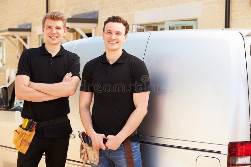 Portret dwa młodego tradesmen ich samochodem dostawczym obrazy stock