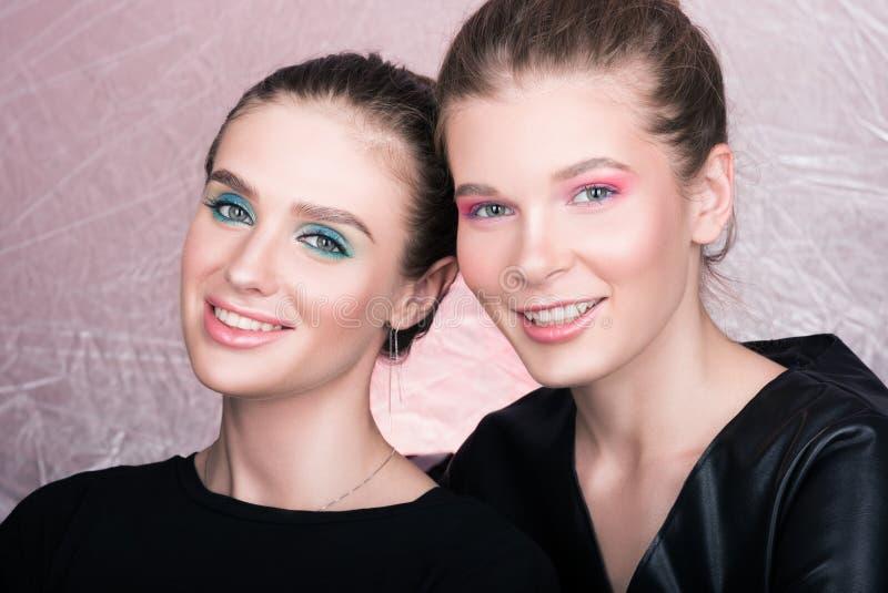 Portret dwa młodej ładnej kobiety Jaskrawy fachowy makeup fotografia royalty free