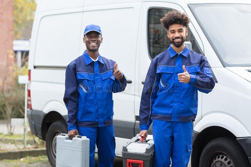 Portret Dwa Młody Ręczny pracownik Z Ich Narzędziowymi pudełkami zdjęcia stock