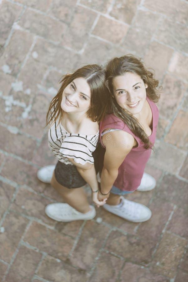 Portret dwa pięknej dziewczyny brać od above fotografia stock