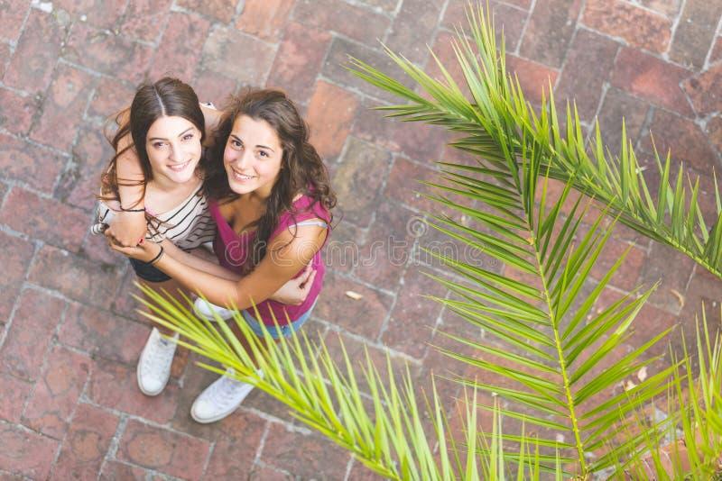 Portret dwa pięknej dziewczyny brać od above zdjęcie stock