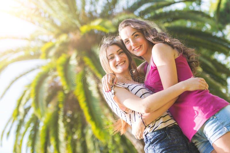 Portret dwa pięknej dziewczyny przy parkiem obraz royalty free