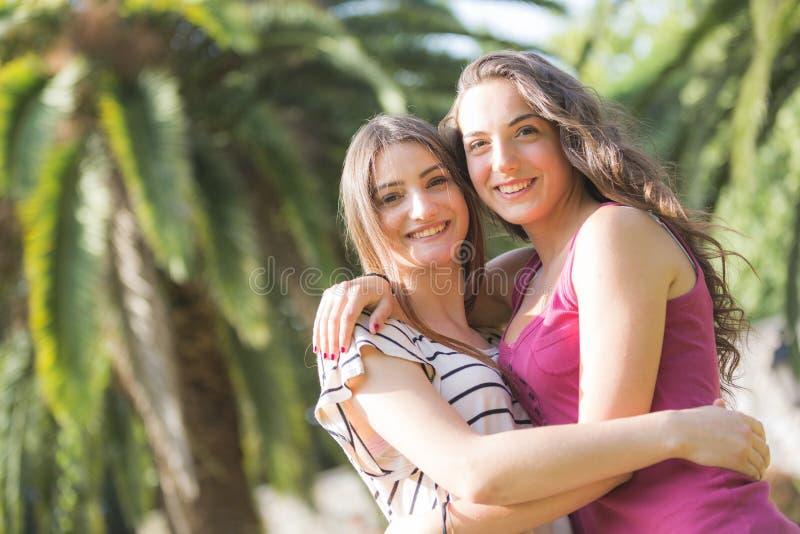 Portret dwa pięknej dziewczyny przy parkiem fotografia stock