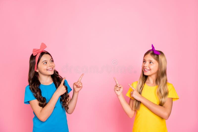 Portret dwa przyglądającego atrakcyjny czarujący śliczny uroczy ufny zadowolony rozochocony radosny nastoletni dziewczyn pokazywa fotografia royalty free