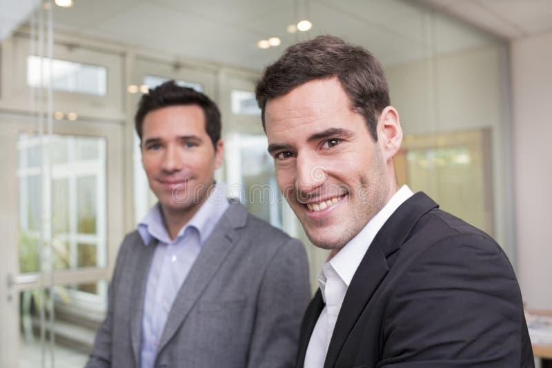 Portret Dwa przypadkowego biznesmena pracuje wpólnie w biurze obraz stock