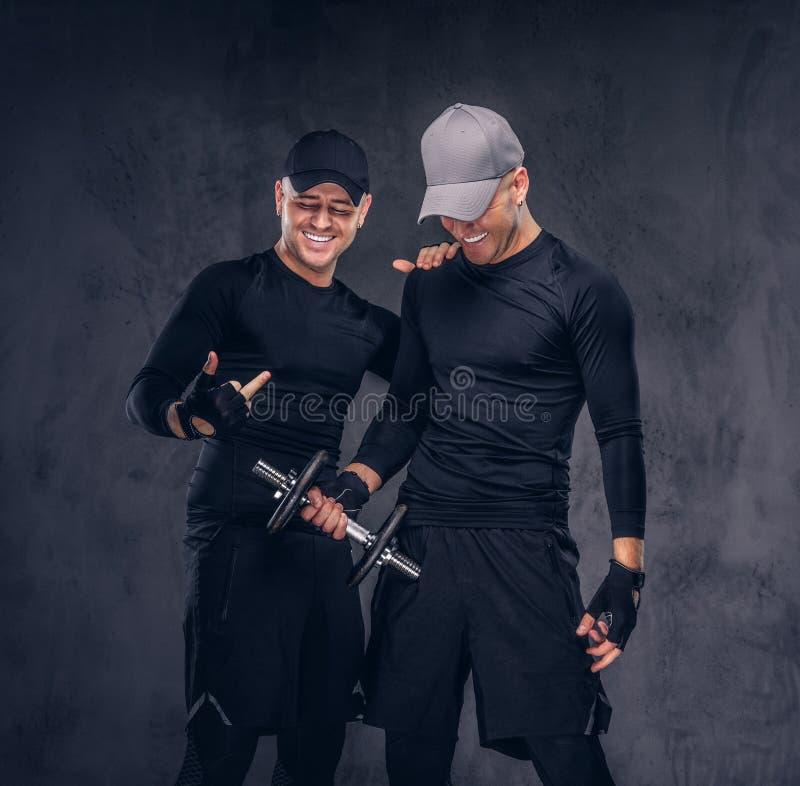 Portret dwa przystojna młoda samiec ubierał w czarnym sportswea obrazy royalty free