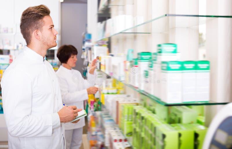 Portret dwa roześmianej dorosłej farmaceuty fotografia royalty free