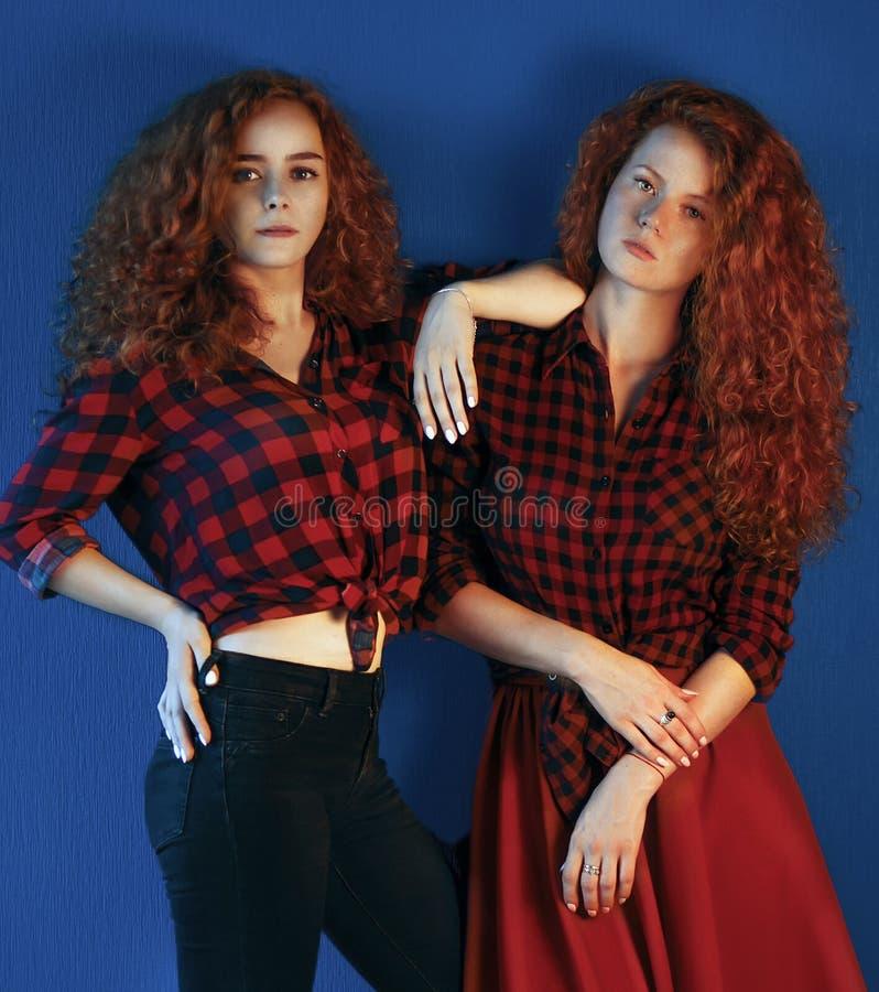 Portret dwa siostr młodych dziewczyn mody modela z gorgeou zdjęcia stock