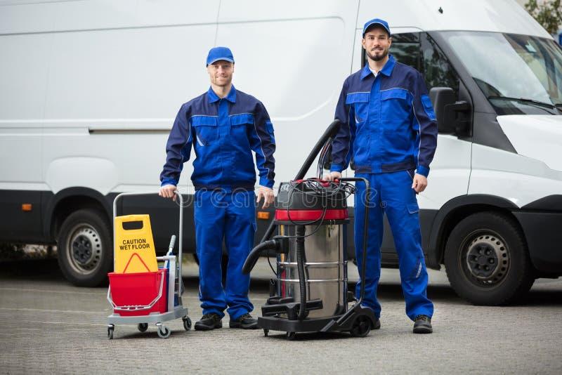 Portret Dwa Szczęśliwego Męskiego Janitors obrazy royalty free