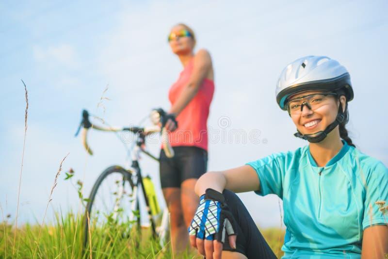 Portret dwa szczęśliwej pozytywnej przyglądającej żeńskiej sport atlety res zdjęcie royalty free