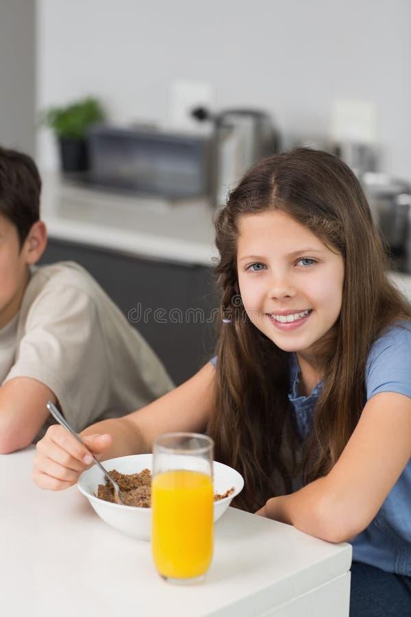 Portret dwa uśmiechniętego rodzeństwa cieszy się śniadanie obraz stock