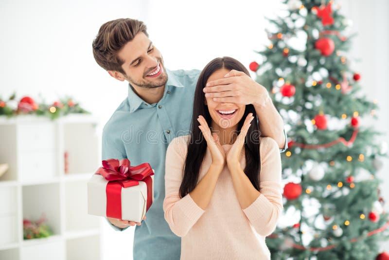 Portret dwojga zszokowanych kobiet i jej mężczyzna daje prezenty świąteczne bliskie oczy przygotowują niespodziankę x-mas w domu fotografia stock