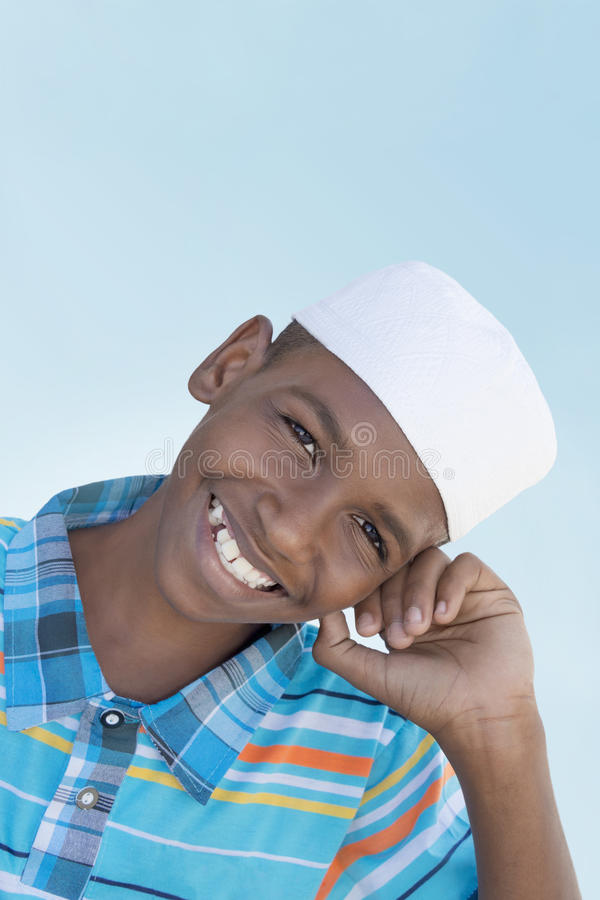 Portret dwunastoletni Muzułmański chłopiec ono uśmiecha się obraz royalty free