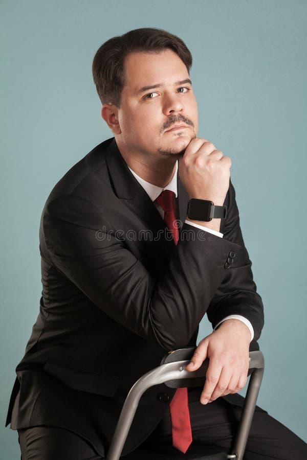Portret działanie krótkopędu biznesmena siedzący marzyć i lookin zdjęcia stock