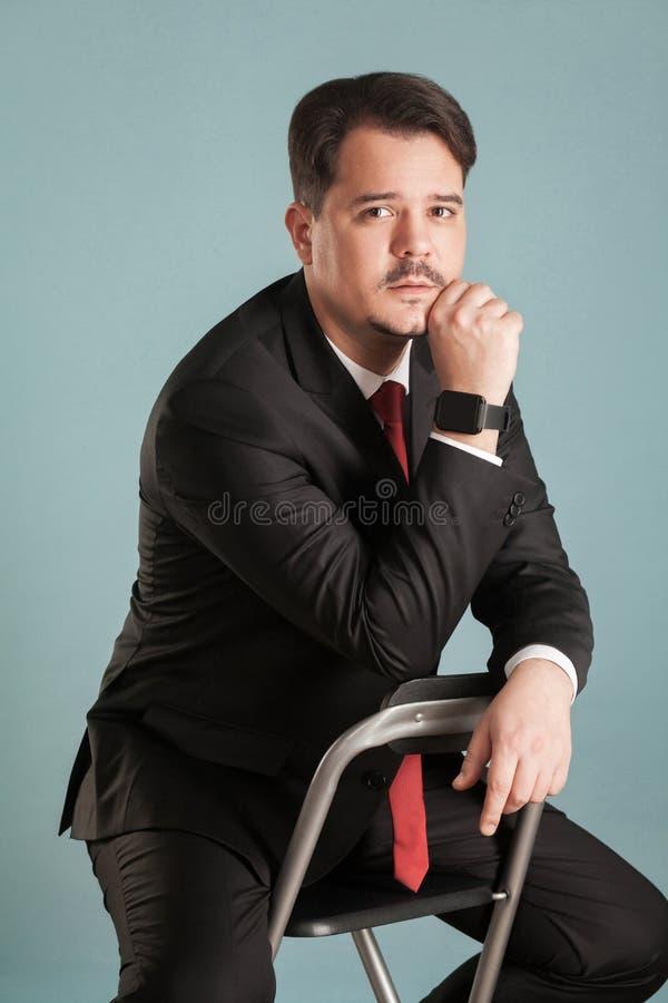 Portret działanie krótkopędu siedzący biznesmen, poznawczy, confusi zdjęcia royalty free