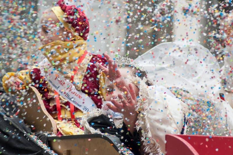 Portret dzieci paraduje w ulicznych miotanie confetti zdjęcia stock