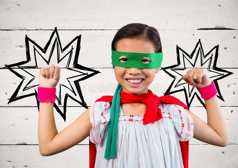 Portret dzieciak w czerwonym przylądku i zieleni maskowej pozyci z pięścią zdjęcie royalty free