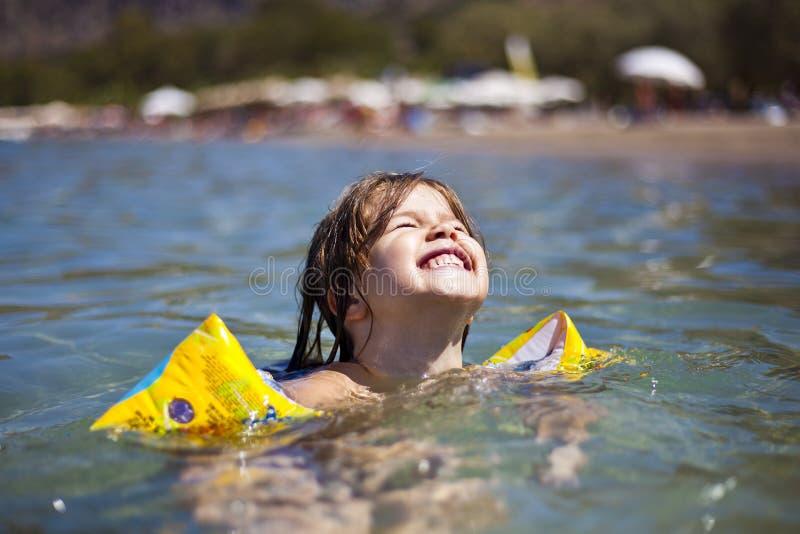 Portret dziecko dziewczyny dopłynięcie w wodzie zdjęcia royalty free
