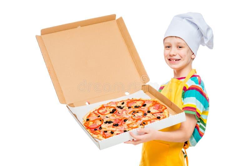 portret dziecko kucharz w nakr?tce z pizz? w pude?ku na bia?ym tle fotografia stock