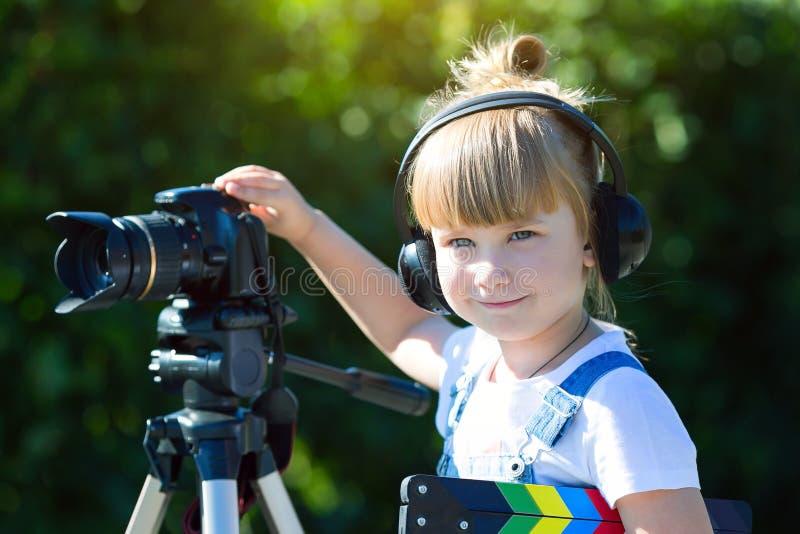 Portret dziecko z TV clapper zdjęcia royalty free