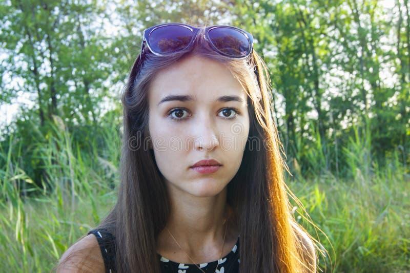 Portret dziewczyn emocje w lesie obraz stock