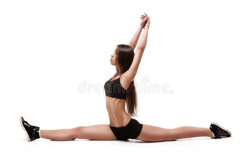 Portret dziewczyn gimnastyczki, siedzi na rozłamach fotografia royalty free