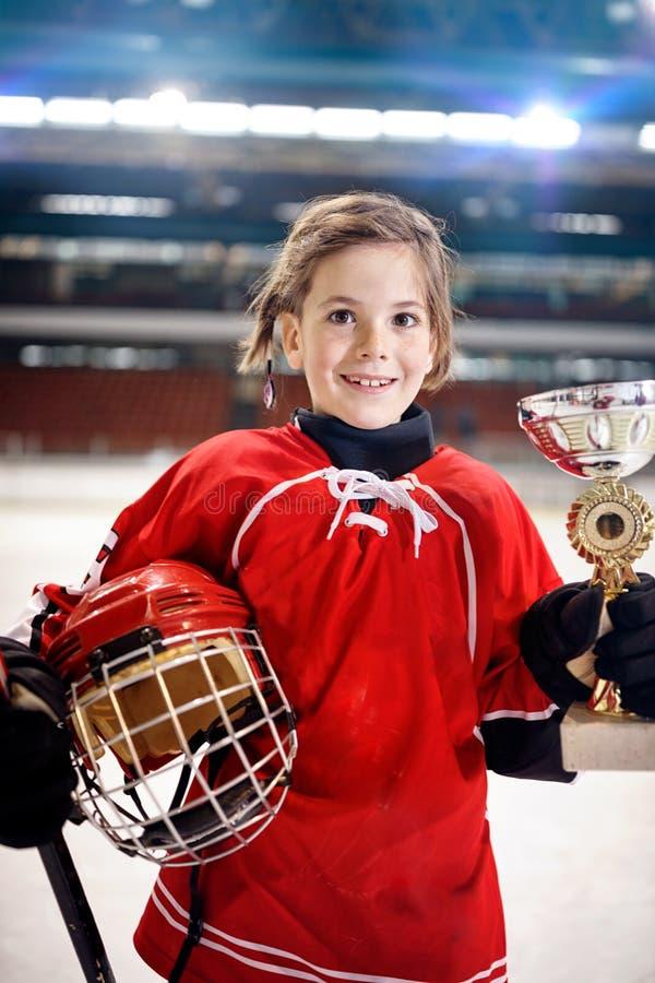 Portret dziewczyna gracza hokeja na lodzie zwycięzcy trofeum zdjęcie royalty free